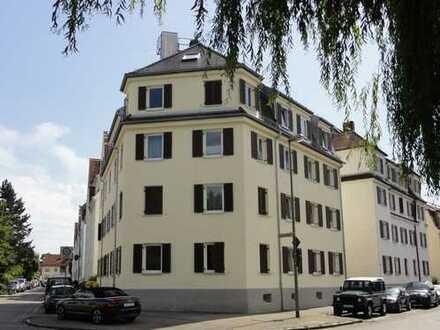 Helle, gepflegte, 2,5 ZKnB Dachgeschoßwohnung, in A. Göggingen, nahe Hessingklinik, sofort frei!