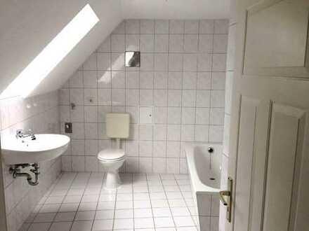 Direkt in der Altstadt: 3-Raumwohnung im Dachgeschoss, Bad mit Wanne & Fenster!