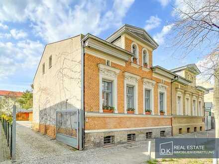 Renditestarkes Grundstück mit denkmalgeschützten Wohnhaus und 13 KFZ-Stellplätzen zum Verkauf!