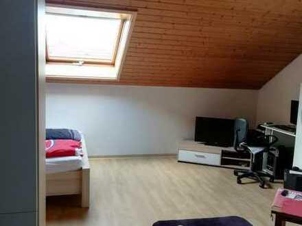 Gepflegte Dachgeschosswohnung mit einem Zimmer und EBK in Erligheim