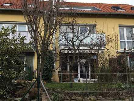 Attraktives, großzügiges Reihenmittelhaus mit Carport, Balkon und schöner Dachterrasse
