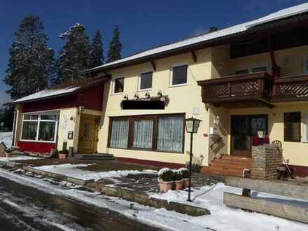Komfortables Ferienhotel in reizvoller Waldrandlage mit herrlichem Alpenblick und großem Grundstück