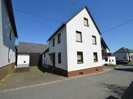Bauernhaus mit kleinem Innenhof, Nebengebäuden und separatem Garten in ruhiger Dorflage in Arbach