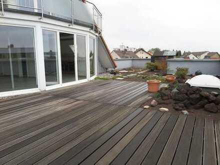 Renovierte & helle 4 Zimmer-Penthouse-Maisonette-Wohnung mit riesiger Dachterrasse & Balkon