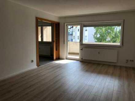 Renoviert mit großem Balkon. Traumhafte Wohnung im 2 Stock mit Stellplatz. EBK.