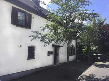 Ruhige und doch zentral gelegene Doppelhaushälfte mit 2 großzügigen Wohnungen und großem Garten
