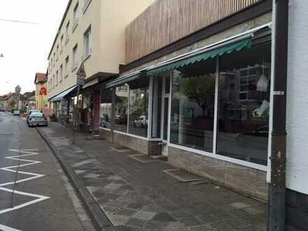 Laden mit großer Schaufensterfront und Freifläche zu vermieten
