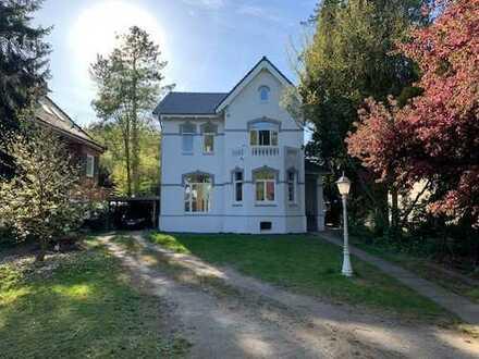 Helle 3 Zimmer Wohnung mit Balkon in repräsentativer Jugendstilvilla in bester Lage von Ahrensburg