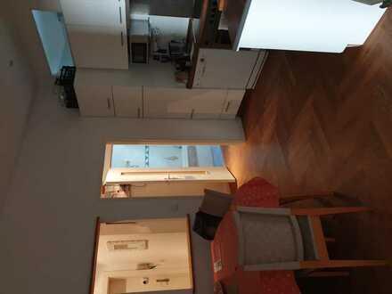 Kleines ruhiges Zimmer mit Parkett in Charlottenburg zu vergeben. Das Zimmer geht zum Hof raus.