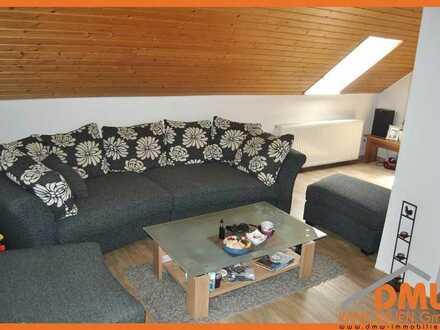 Isolierte DG-Wohnung 2 ZKB, EBK, Tl-Bad m Wanne, PKW-Stellpl.