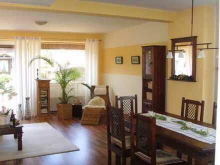 Sonnige Wohnung mit Garten, EBK, vier Zimmer und Gartenhaus am Ortsrand von Rosbach vor der Höhe