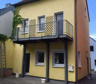 Köln-Roggendorf, renoviertes, älteres, kleines Einfamilienhaus mit kleiner Terrasse