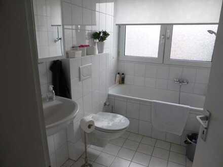 schöne helle 2 Zimmer Dachgeschoss,Küche,Diele,Bad (kein Balkon)