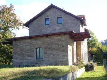 Von Privat: Wohnen und Kapital anlegen. 2 Häuser mit gesamt 6 Wohneinheiten