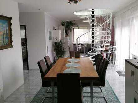 Stilvolle, modernisierte 5-Zimmer-Maisonette-Wohnung mit Balkon und EBK in Wendlingen
