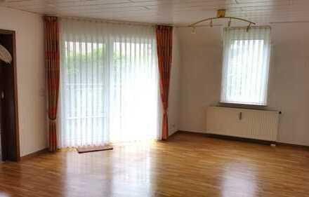 Perfekt für die junge Familie, 4 Zimmer Wohnung mit Balkon und 2 Tiefgaragen in Aidlingen