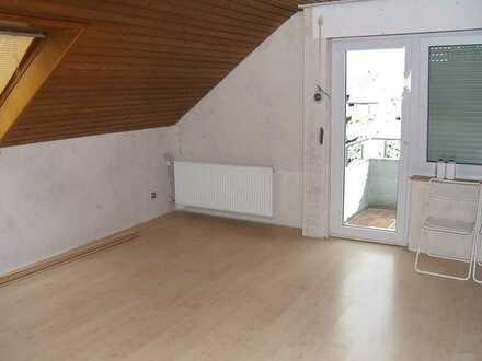 Gepflegte 2 1/2 Zimmer-Dachgeschosswohnung mit Balkon in Schwaikheim an Pendler