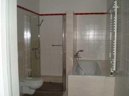 große 3-Zimmer-Wohnung mit Balkon mit Dusche und Wanne