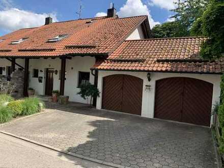 Exclusive Doppelhaushälfte mit Doppelgarage in idyllischer Ortsrandlage