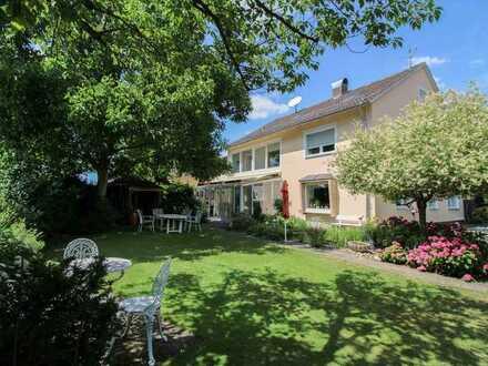 Großzügiges Zweifamilienhaus mit Gewerbeeinheit, großem Lager, 4 Garagen und schönem Garten
