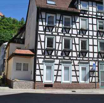 Gepflegte 5-Zimmer-Maisonette-Wohnung mit Balkon und EBK in Neuenbürg