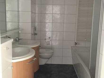 Mit Doppelwaschbecken und Badmöbel !