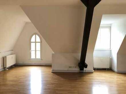 Helle Dachgeschosswohnung mit großem Badezimmer!