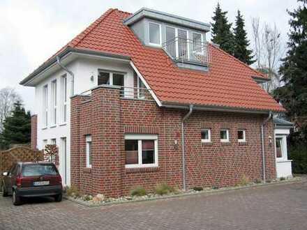 Moderne Erdgeschosswohnung m. Einbauküche, Terrasse, sep. Kellerraum u. PKW-Stellplatz