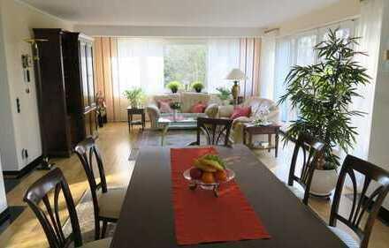 Top ausgestattete helle Wohnung mit EBK, großer Dachterrasse und Grünblick