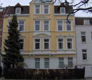 Gepflegte 5-Zimmer-Wohnung mit Balkon und Einbauküche in Kiel