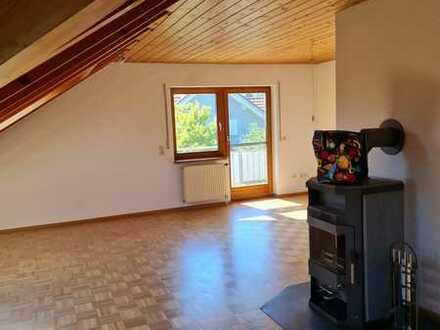 Gepflegte Dachgeschosswohnung mit drei Zimmern sowie 2 Balkon und Einbauküche in Weilheim