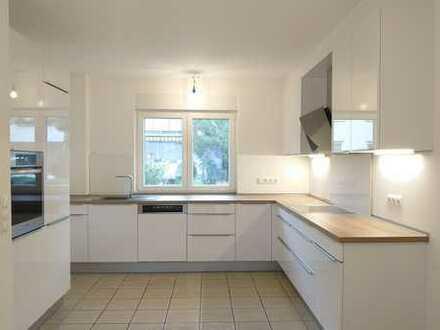 Kriftel: Reihenhaus mit 6,5 Zimmern, EBK und Garten, neu saniert, hell