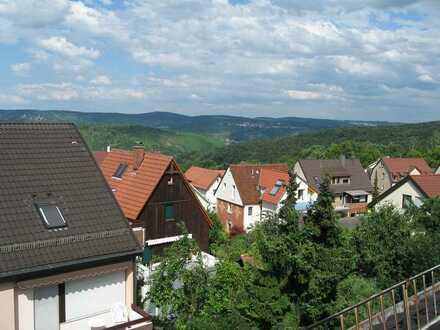 Exklusive, vollständig renovierte 2,5-Zimmer-Dachgeschosswohnung mit Balkon und EBK in Stuttgart