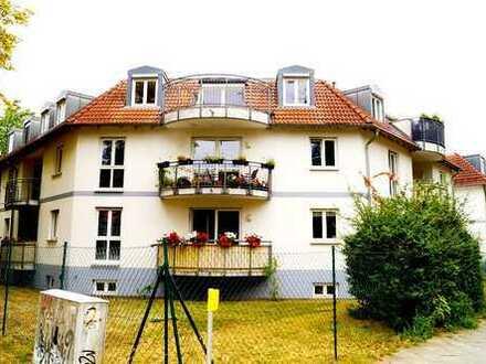Helle DG Wohnung mit Balkon und Blick ins grüne im Ortskern von Eichwalde