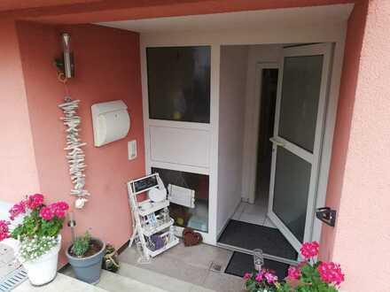 Gepflegte 2-Raum-Erdgeschosswohnung mit Einbauküche in Königsbach-Stein