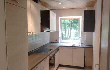 Stilvolle, vollständig renovierte 2-Zimmer-Erdgeschosswohnung mit Terrasse u. Einbauküche in Kehrigk