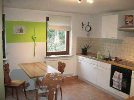 Helle 3-Raum-Wohnung mit Wohnküche, Bad mit Wanne, Garage am Haus, Sitzecke im Garten