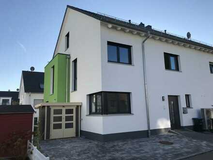 Schöne 5-Zimmer-Doppelhaushälfte mit EBK in Renningen.