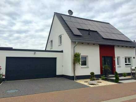 Neuwertiges Einfamilienhaus mit Einbauküche, Doppelgarage, Photovoltaik und Schwimmteich