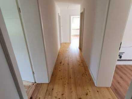 Komplett saniert: Helle 4-Zimmer-Wohnung mit Garten und See in Gehweite