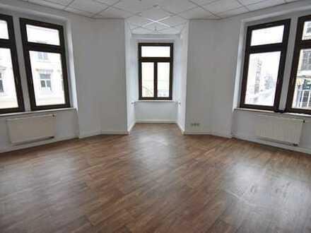Augen auf! Gut geschnittene 5-Raum-Wohnung in zentraler Lage mit Option auf EBK! Auch WG geeignet!
