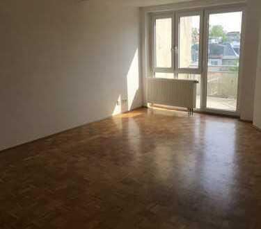 Exklusive, geräumige 2-Zimmer-DG-Wohnung mit Balkon in B er lin