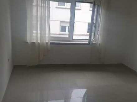 Schöne und helle, renovierte 2 Zimmer, Küche, Bad Wohnung mit Terrasse