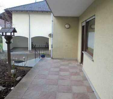 Sofort freie gemütliche Erdgeschoßwohnung mit eigenem Eingang mit Terrasse und Garage