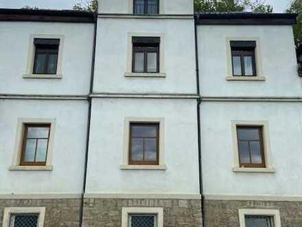 Freundliche und sehr helle renovierte 2-Zimmer-DG-Wohnung mit Einbauküche in Mainberg-Schonungen