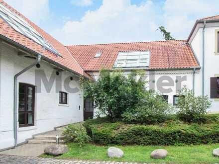 Wohnen in historischem, kernsaniertem Gutshof: gepflegte 2-Zi.-ETW mit Balkon in ruhiger Wohnlage