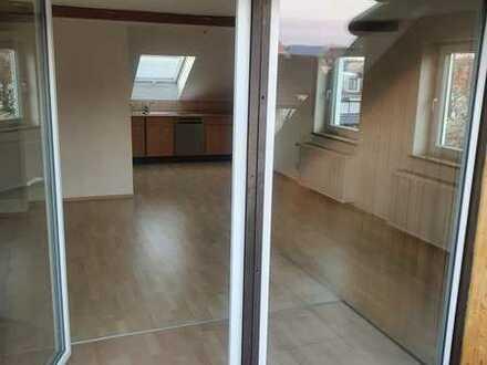 Gepflegte 2,5-Raum-Dachgeschosswohnung mit Balkon und Einbauküche in Kempten