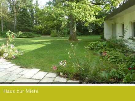 Familienparadies: Bauhausbungalow mit Parkgrundstück im Würmtal