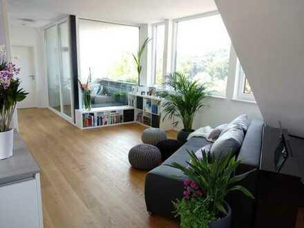 Lichtdurchflutete, neuwertige 2,5-Zimmer-DG-Wohnung mit wunderschönem Ausblick