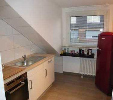 Helle, renovierte Dachgeschoss-Wohnung mit Einbauküche